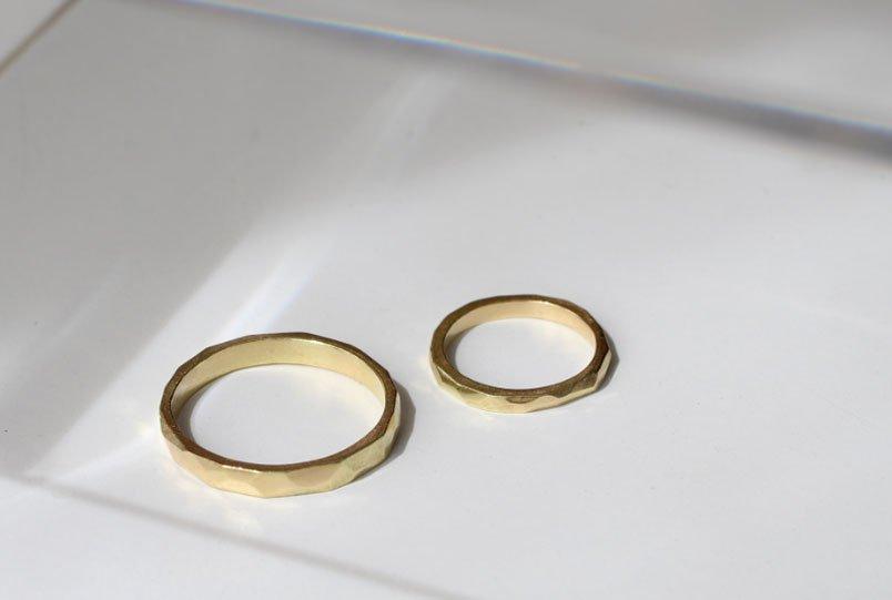 Alianzas de boda geométricas facetadas de MIGAYO