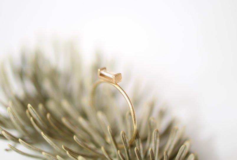 Anillo de pedida con diamante baguette de MIGAYO