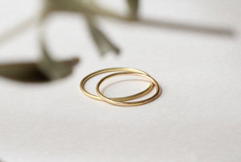 Alianzas minimalistas en hilo de oro de MIGAYO