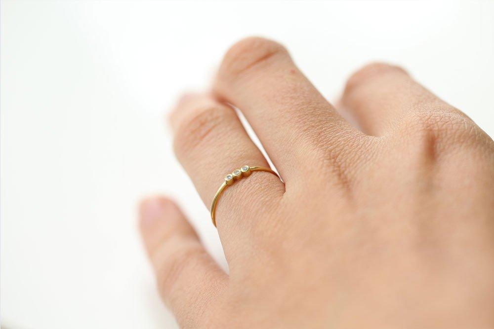 Anillo de pedida con diamantes alineados de MIGAYO