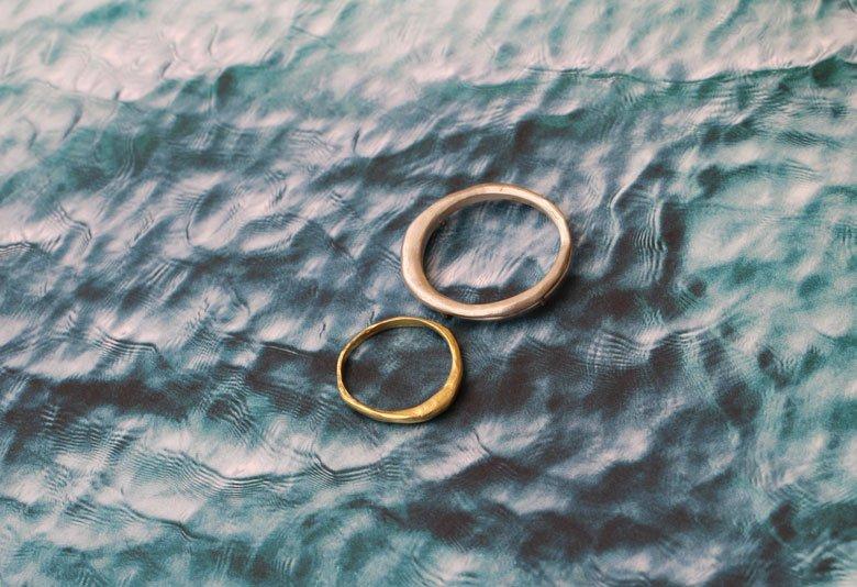 Alianza y broche de boda Mareas, joyería a medida de MIGAYO