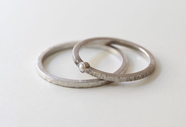 Joyas a medida: Alianzas en oro blanco con perla y diamantes grises de MIGAYO