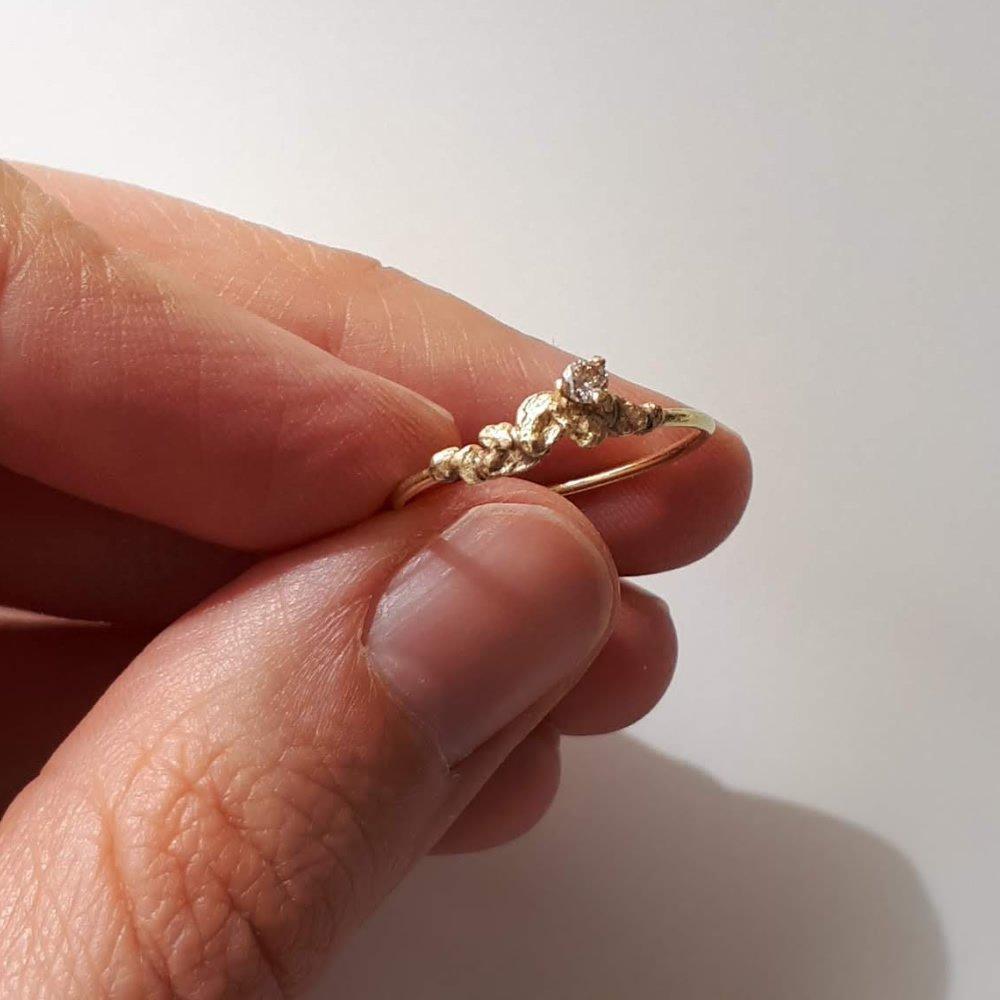 Anillo de pedida a medida de MIGAYO, con pepitas texturizadas y diamante gris