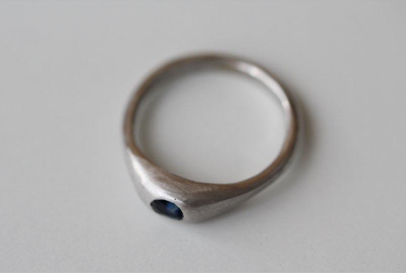 Un anillo que es fuerza y pureza. Joyas a medida de MIGAYO