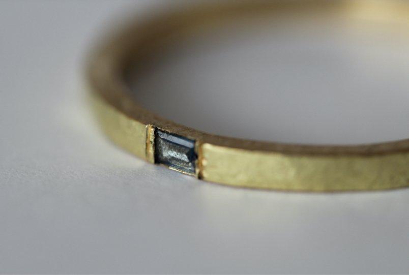 Migayo - anillo de oro y zafiro 'el mar es su norte'