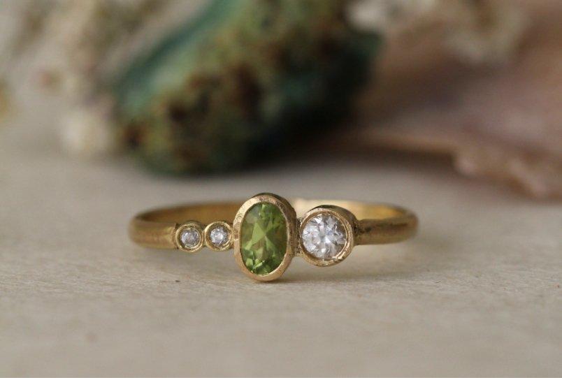 Anillo de oro y diamantes heredados con peridoto. Joyas a medida de MIGAYO