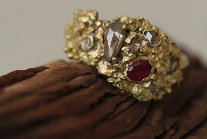 Anillo de pedida 'volver a la tierra' con oro heredado, diamantes y rubí. Joyas a medida de MIGAYO