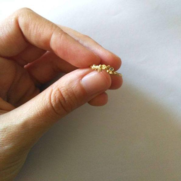 Migayo - anillo de pedida orgánico con pepitas de oro