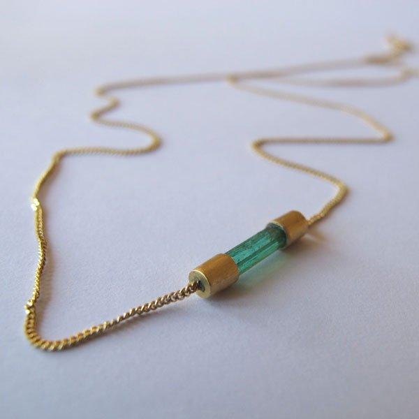 Colgante en oro con engaste de esmeralda al natural